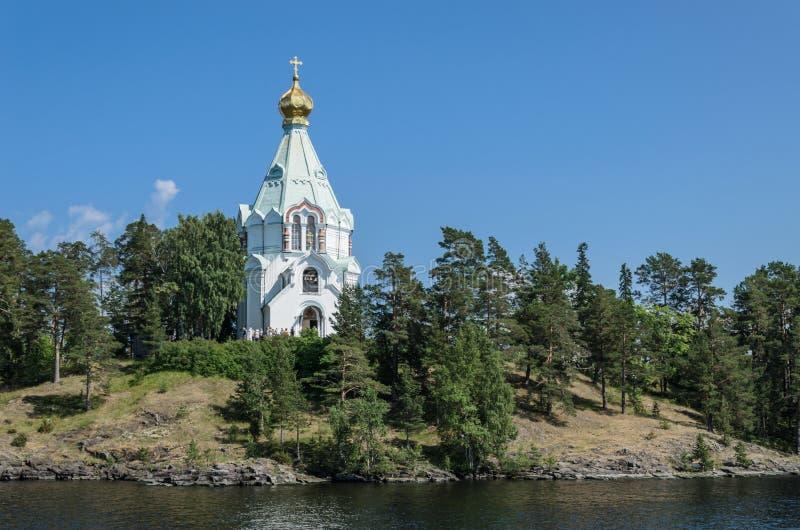 Mooie Orthodoxe Kerk op een duidelijke zonnige dag op Valaam-Eiland St Nicholas Skete Kerk van St Nicholas stock afbeeldingen