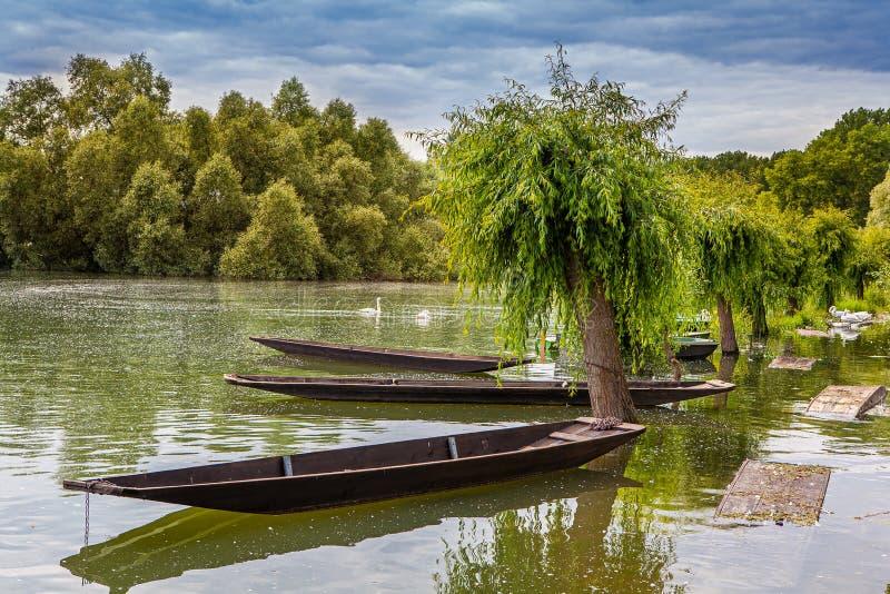 Mooie oude boot bij de pijler stock afbeelding