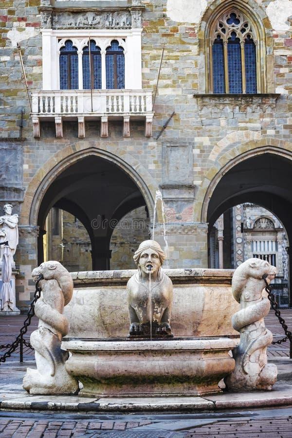 Mooie oude fontein in het centrum van Bergamo in Italië stock fotografie
