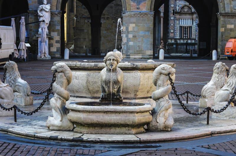 Mooie oude fontein in het centrum van Bergamo in Italië royalty-vrije stock afbeelding