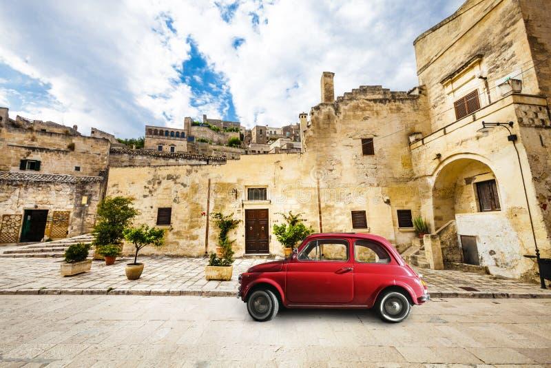 Mooie oude Italiaanse scène Uitstekende rode kleine auto stock afbeelding