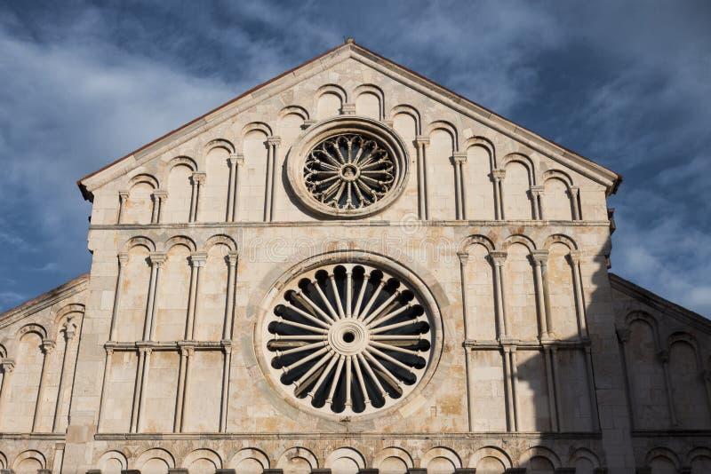 Mooie oude kerk in Zadar, Kroatië met blauwe bewolkte hemel royalty-vrije stock foto
