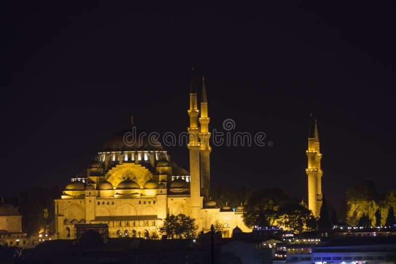 Mooie oude moskee in Istanboel bij nacht stock fotografie