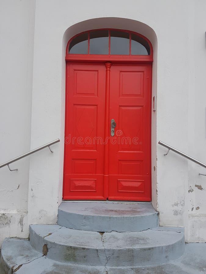 Mooie, oude rode deur in de stad van Storkow stock afbeelding
