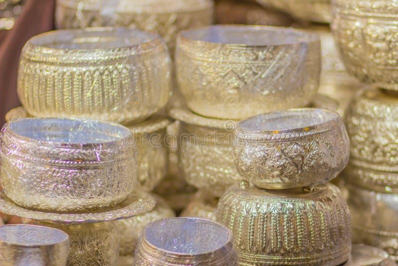 Mooie Oude Thaise echte zilveren kom, retro gegraveerd tafelzilver, Mooie echte zilveren komambachten voor verkoop bij l stock afbeelding
