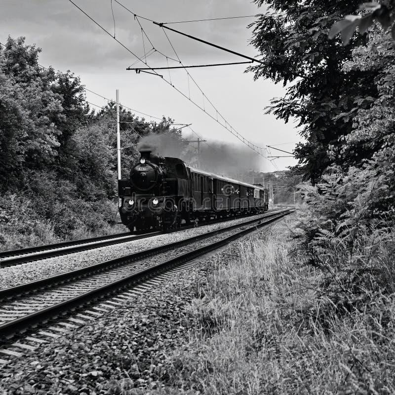 Mooie oude Tsjechische trein met stoomlocomotief Concept voor retro, reis en treinreis Treinsporen en een cruisetrein in Th royalty-vrije stock afbeeldingen