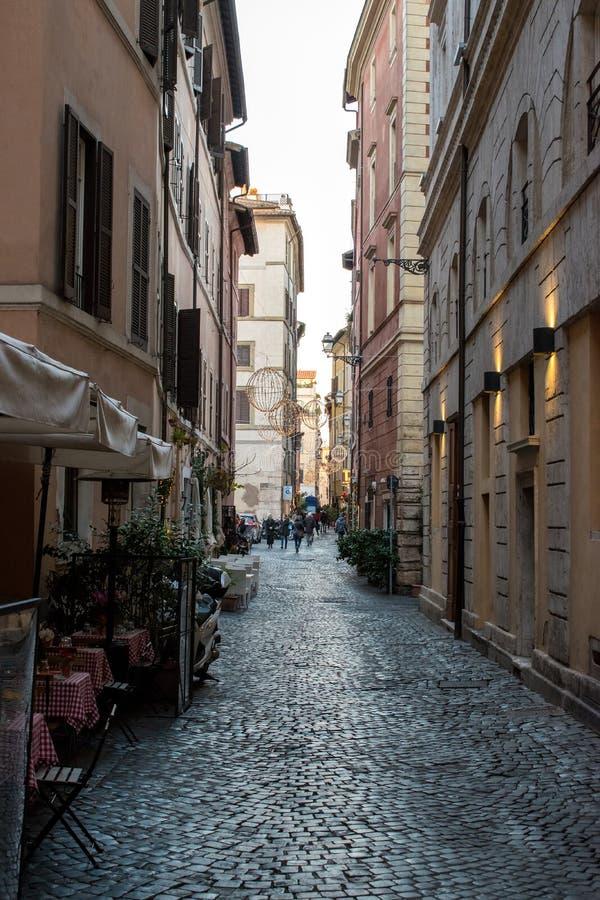 Mooie oude vensters in Rome (Italië) 04 december, 2017: Oude straat in Rome, Italië royalty-vrije stock afbeelding
