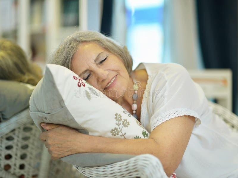 Mooie oudere vrouw royalty-vrije stock fotografie