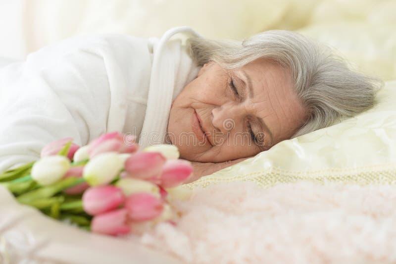 Mooie oudere vrouwenslaap stock afbeelding