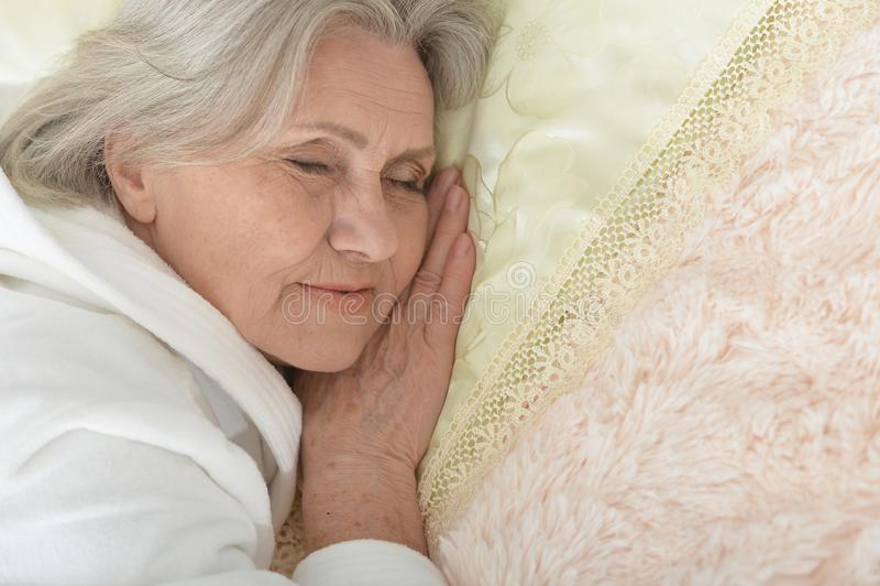Mooie oudere vrouwenslaap royalty-vrije stock fotografie