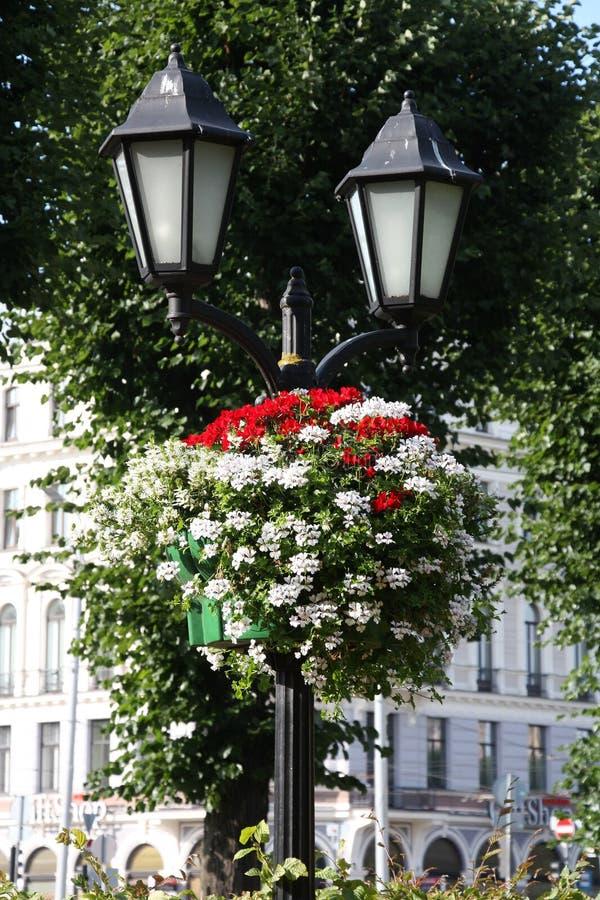 Mooie ouderwetse lantaarn in een boeket van bloemen stock afbeeldingen