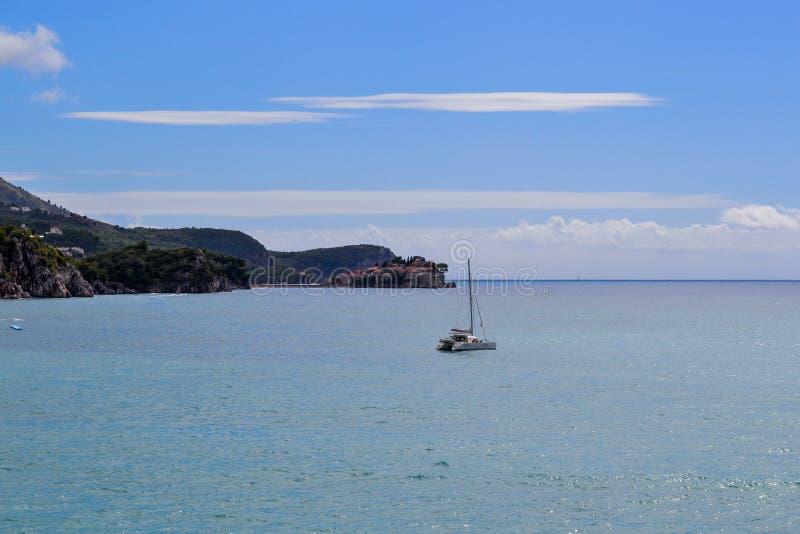 Mooie overzeese baai in de zomer Jacht tegen de achtergrond van het eiland van St Stefan Adriatic Sea montenegro stock foto