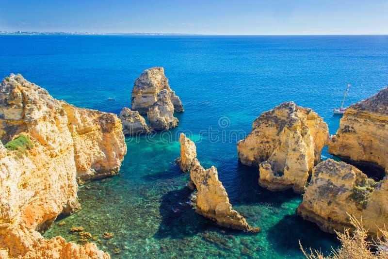 Mooie overzeese mening van de Atlantische Oceaan met rotsen en klippen stock foto's