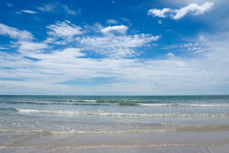 Mooie overzeese stranden met blauwe hemel Het Strand van Hin van Hua, Thailand stock afbeeldingen