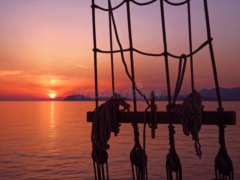 Mooie overzeese zonsondergang op oud schip royalty-vrije stock afbeelding