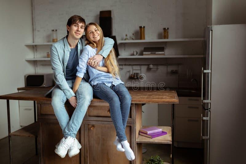 Mooie mooie paar het besteden tijd samen in de keuken stock afbeeldingen