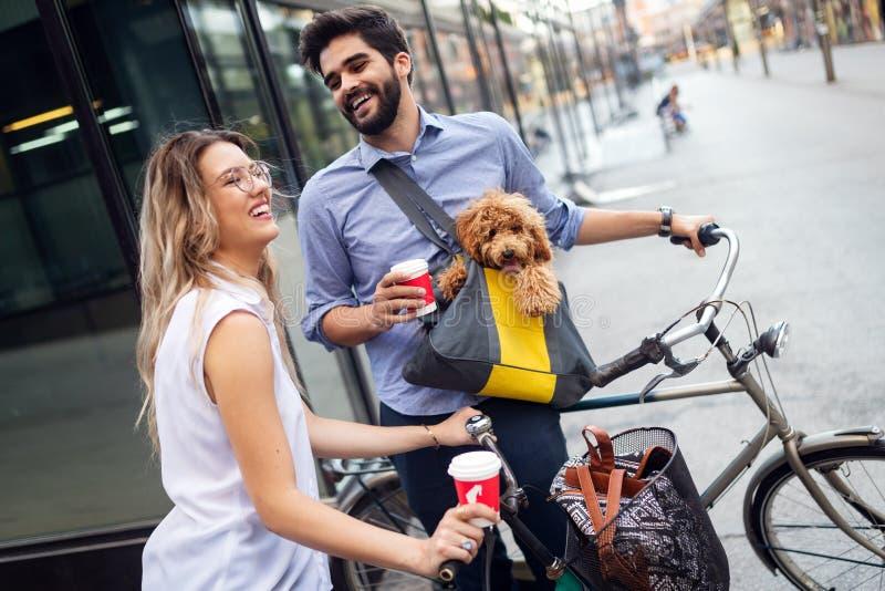 Mooie paar het lopen honden en fietsen in openlucht in stad royalty-vrije stock fotografie