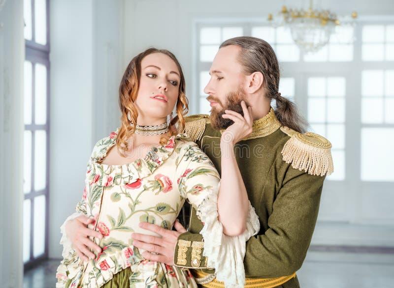 Mooie paarman en vrouw in historische kostuums stock fotografie