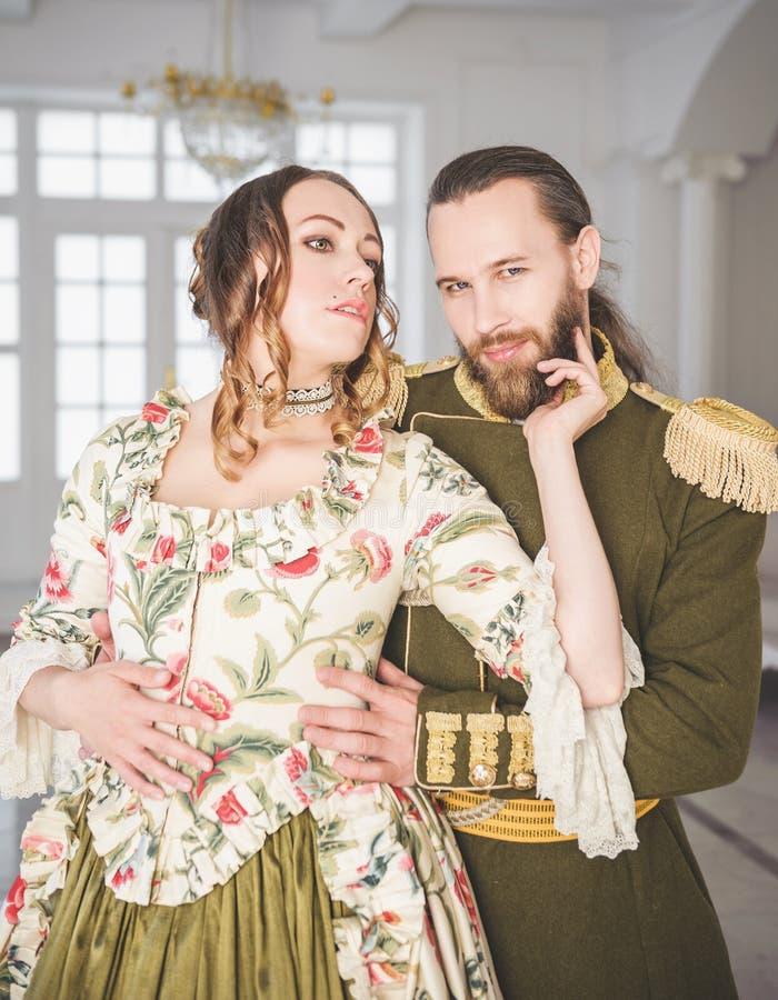 Mooie paarman en vrouw in middeleeuwse kostuums stock afbeelding