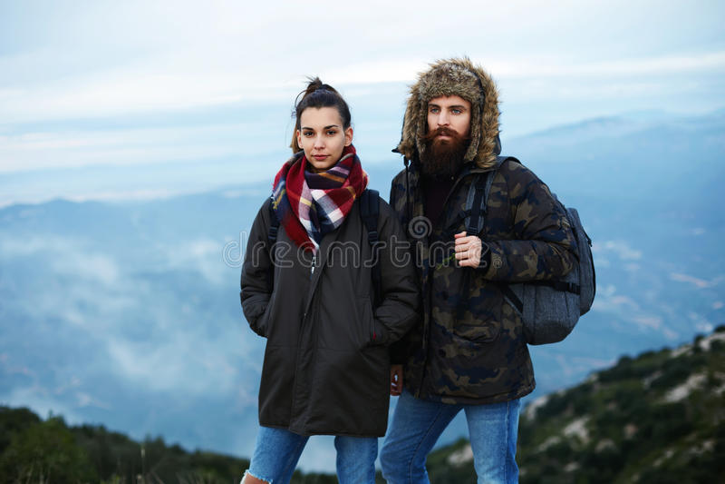 Mooie paartoeristen op de bovenkant van de berg stock afbeeldingen