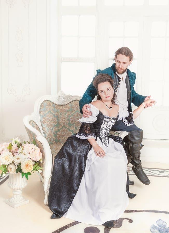 Mooie paarvrouw en man in middeleeuwse kleren royalty-vrije stock foto's