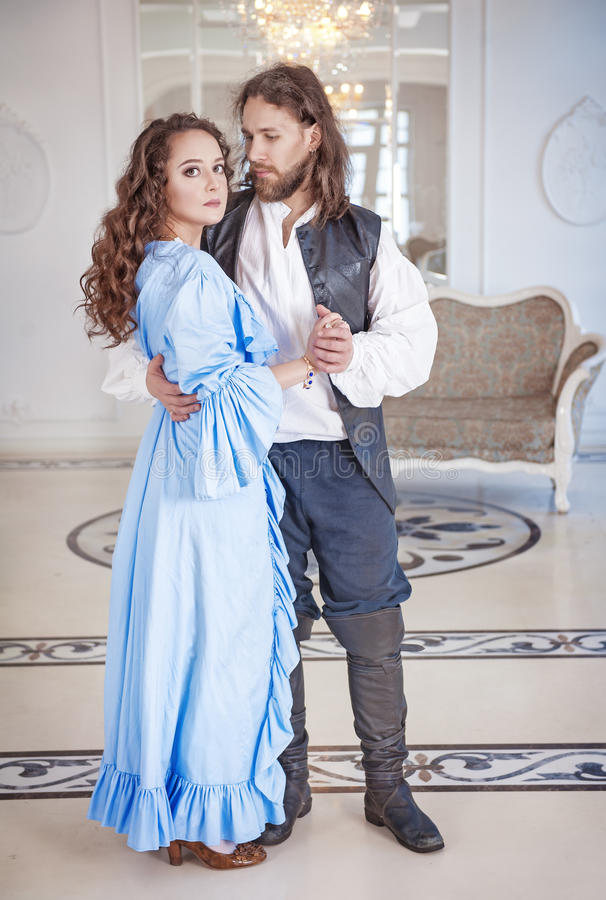 Mooie paarvrouw en man in middeleeuwse kleren royalty-vrije stock fotografie