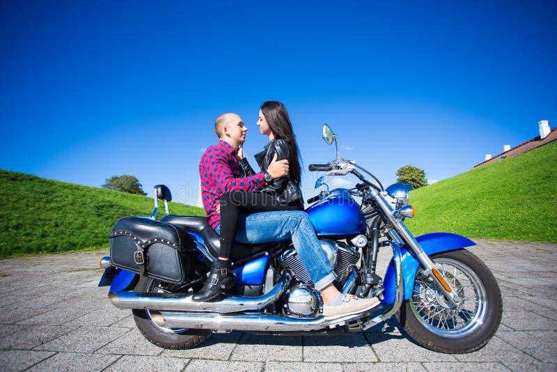 Mooie paarzitting en het kussen op retro motor stock foto