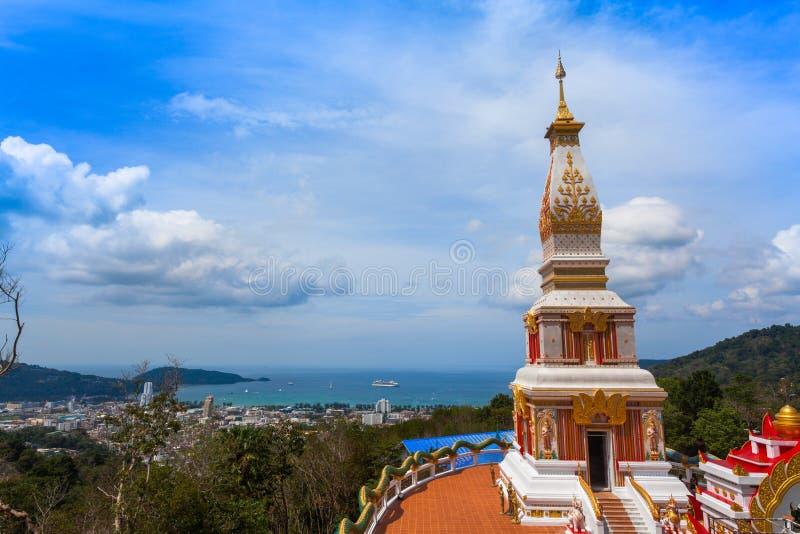 Mooie pagode van Thepnimit-tempel op hoge piek van Patong stock afbeeldingen