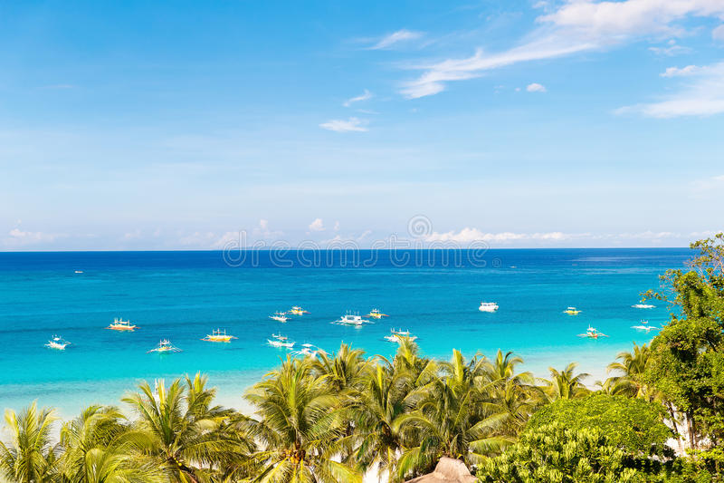 Mooie palm over wit zandig tropisch strand Overzees en Bor stock foto