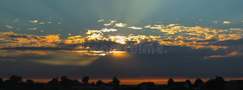 Mooie panoramical zonsondergang over de slaapstad royalty-vrije stock afbeelding