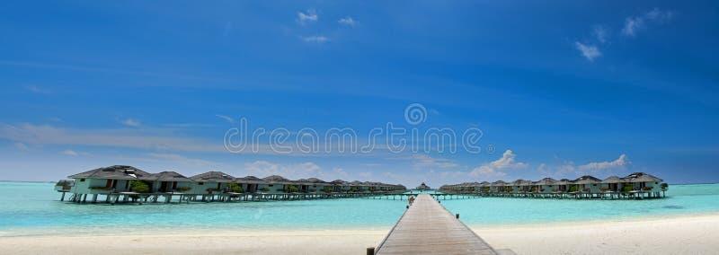 Mooie panoramische foto van waterbungalowwen in de Maldiven stock foto