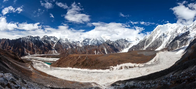 Mooie panoramische landschappen van de bergen van Himalayagebergte langs Manas stock afbeelding