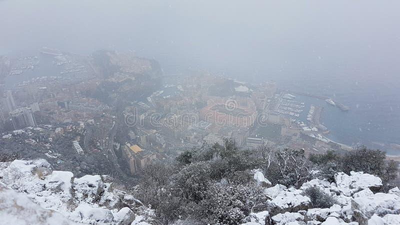 Mooie Panoramische Luchtmening van Monaco onder de Sneeuw stock afbeelding