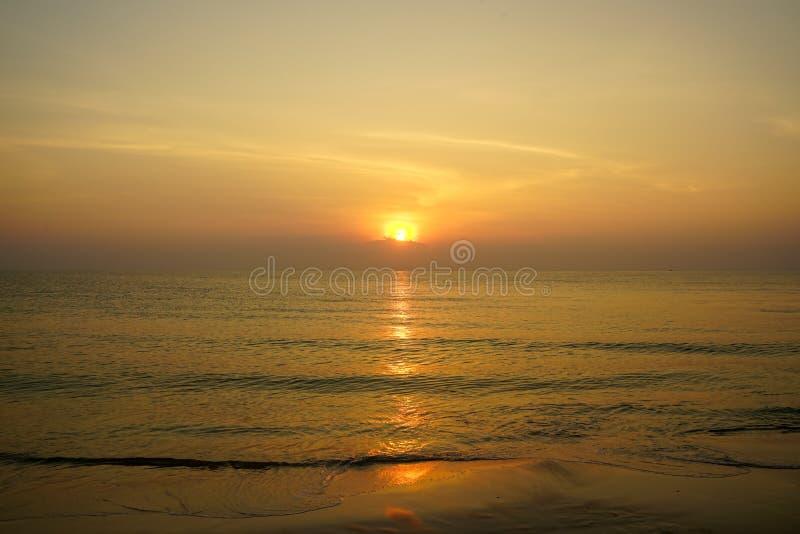 Mooie panoramische ochtendzonsopgang seaview met de bezinning van het golfwater door zandstrand, schaduwen van zachte brede oranj stock afbeeldingen