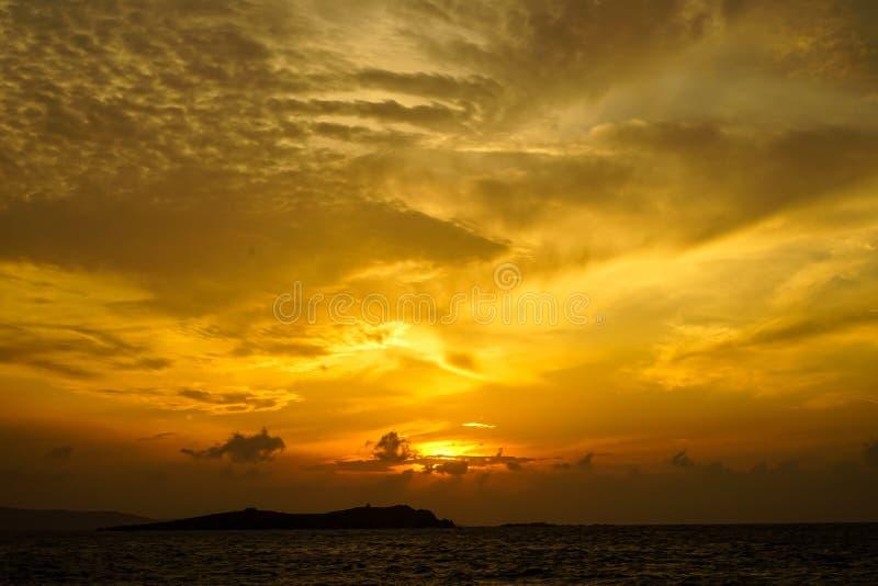 Mooie panoramische zonsondergang copyspace seaview met mooie schaduwen van zachte brede oranje kleurenhemel en abstracte wolkenac royalty-vrije stock foto