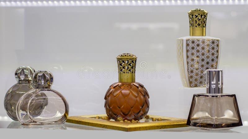 Mooie parfum en luchtgeurflessen Glaskruik met gesneden plastic deksel voor aromatische vloeistof royalty-vrije stock foto's