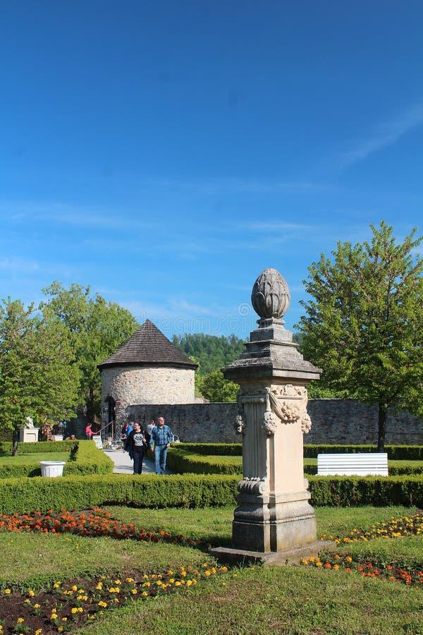 Mooie parken en tuinen - het sierstandbeeld, de hagen en de bloembedden bij historische tuin van het kasteel Cerveny kamen royalty-vrije stock fotografie