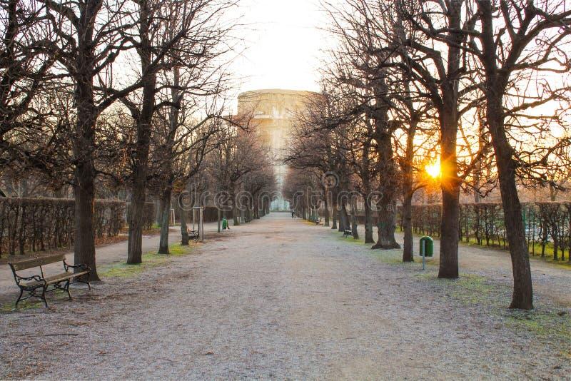 Mooie parkzonsondergang, de winter zonder sneeuw stock foto