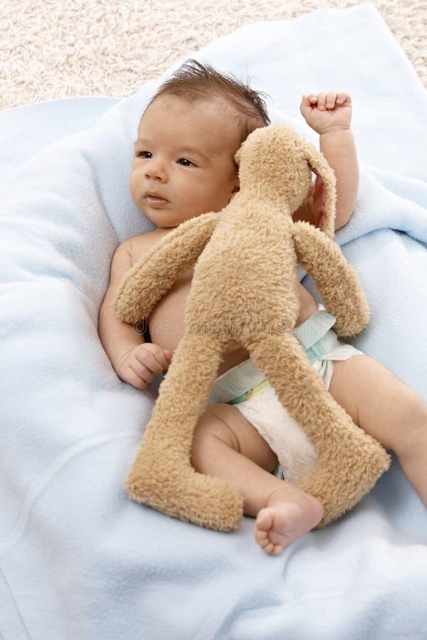 Mooie pasgeboren baby met pluchekonijntje royalty-vrije stock fotografie