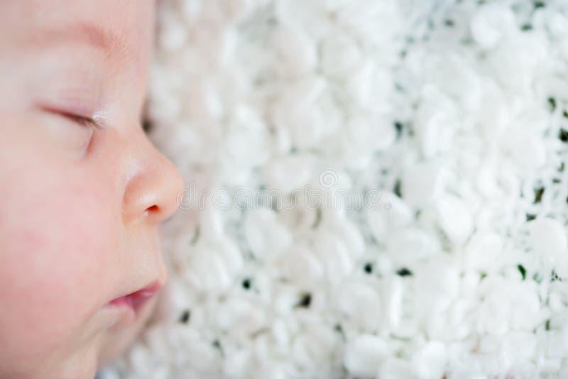 Mooie pasgeboren babyjongen, het slapen royalty-vrije stock foto