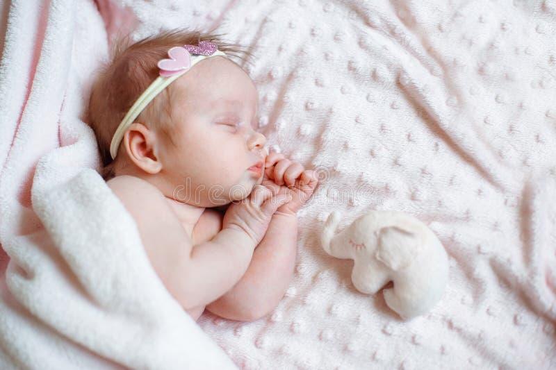 Mooie pasgeboren meisjesslaap op roze deken met plaats voor uw tekst royalty-vrije stock foto's