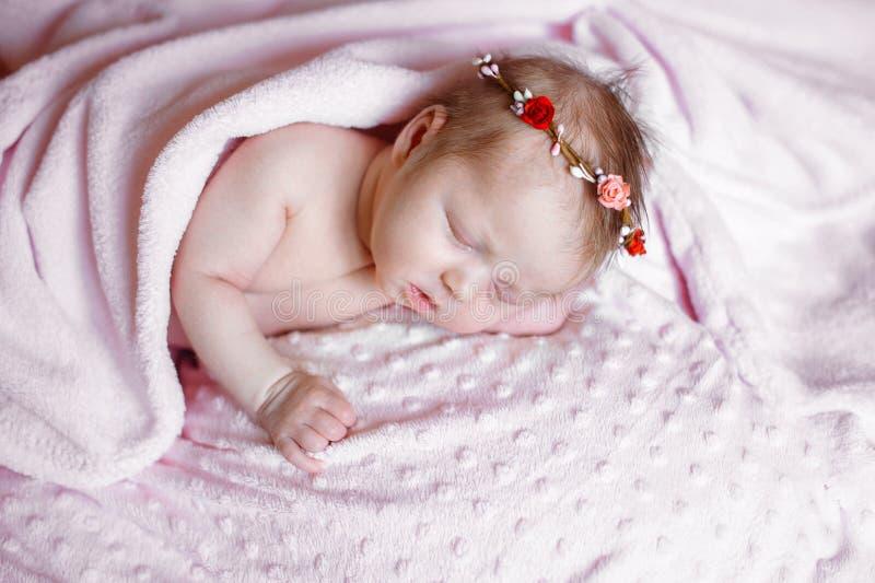 Mooie pasgeboren meisjesslaap op roze deken met plaats voor uw tekst royalty-vrije stock afbeelding