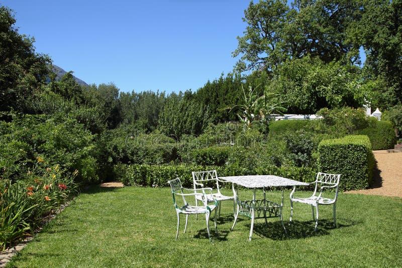 Mooie picknicklijst in Boschendal-wijnlandgoed stock foto