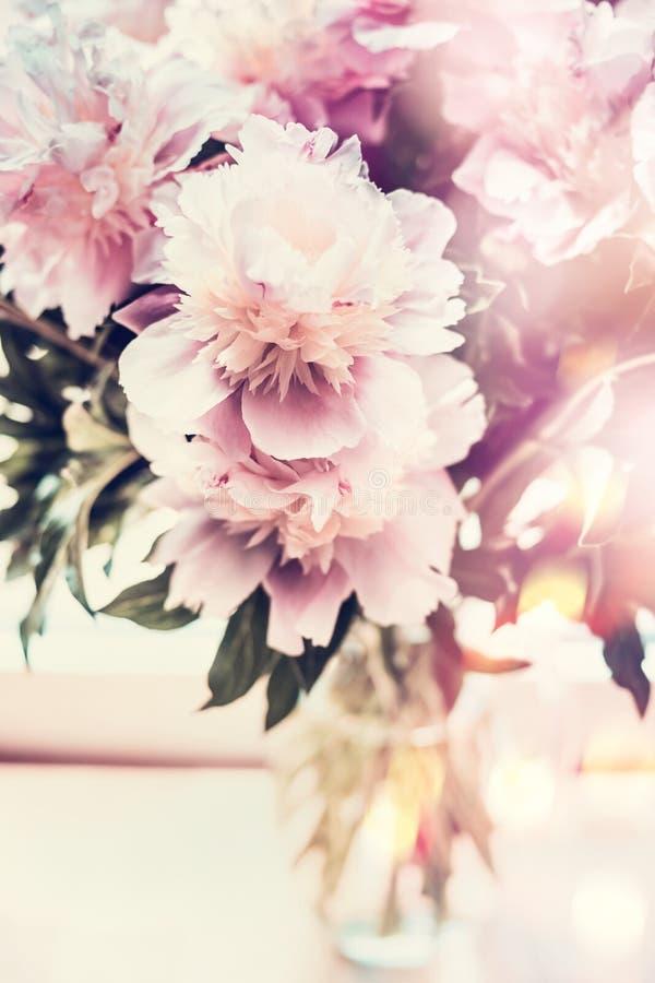 Mooie pioenenbos in glasvaas op lijst met bokehverlichting Romantisch bloemenboeket, vooraanzicht stock fotografie