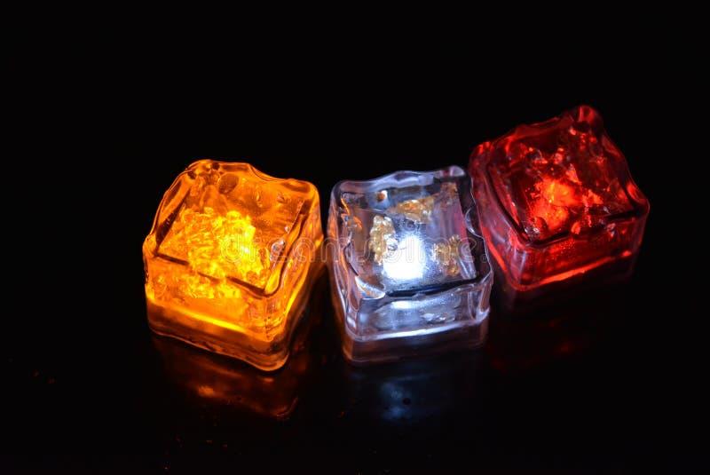 Mooie plastic ijsblokjes met helder diodelicht Rode, gele, witte verlichting voor partijen, recreatie creatieve verbeelding stock foto