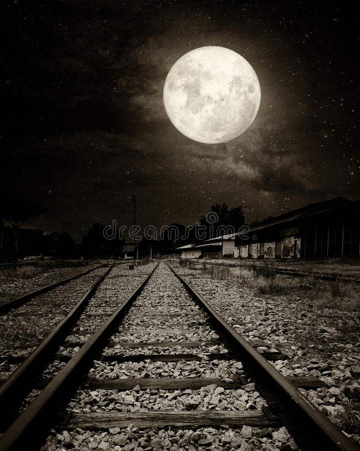 Mooie plattelandsspoorweg met Melkwegster in nachthemel, volle maan royalty-vrije stock foto
