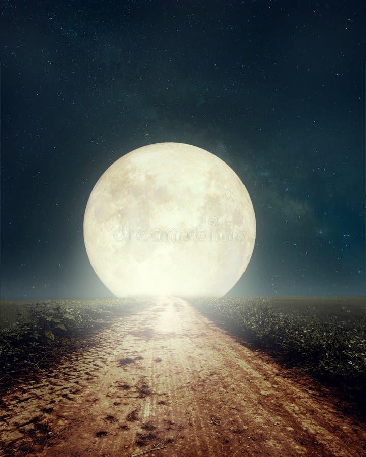 Mooie plattelandsweg met Melkwegster in nachthemel, volle maan stock foto