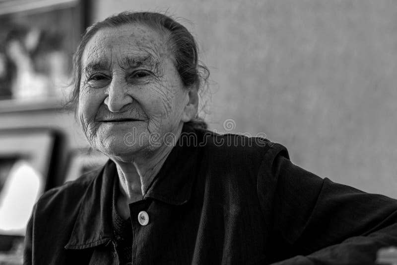 Mooie 80 plus portret van de éénjarigen het hogere vrouw Zwart-wit beeld van bejaarde het glimlachen stock afbeelding