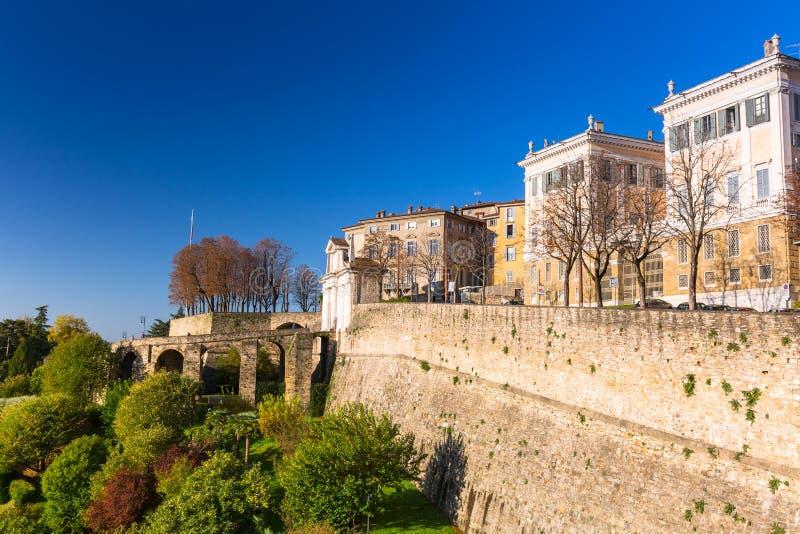Mooie Porta San Giacomo-poort en de stadsmuren van de oude stad Citta Alta in Bergamo, Italië stock fotografie