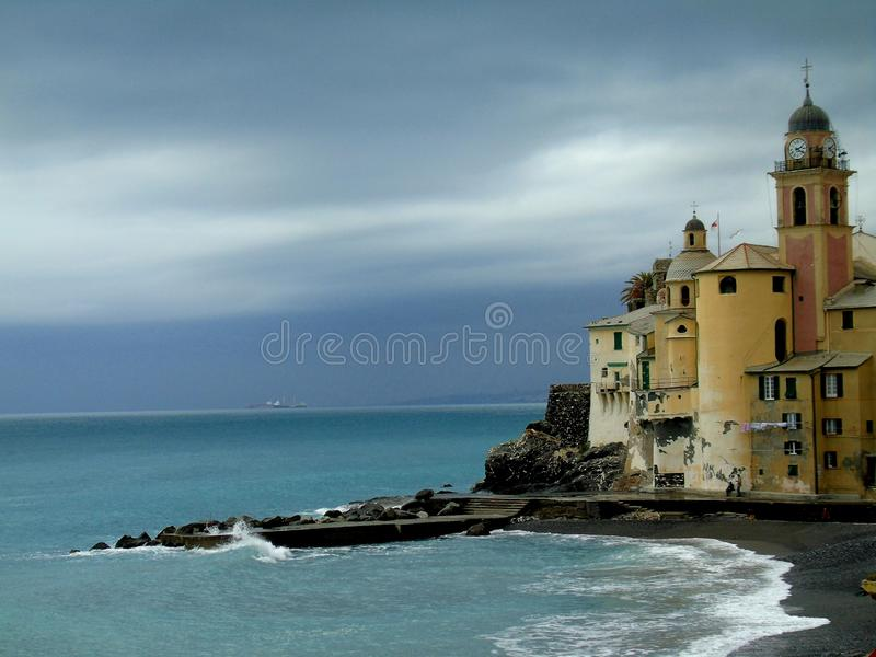 Mooie Portofino met kleurrijke huizen en villa's stock foto's